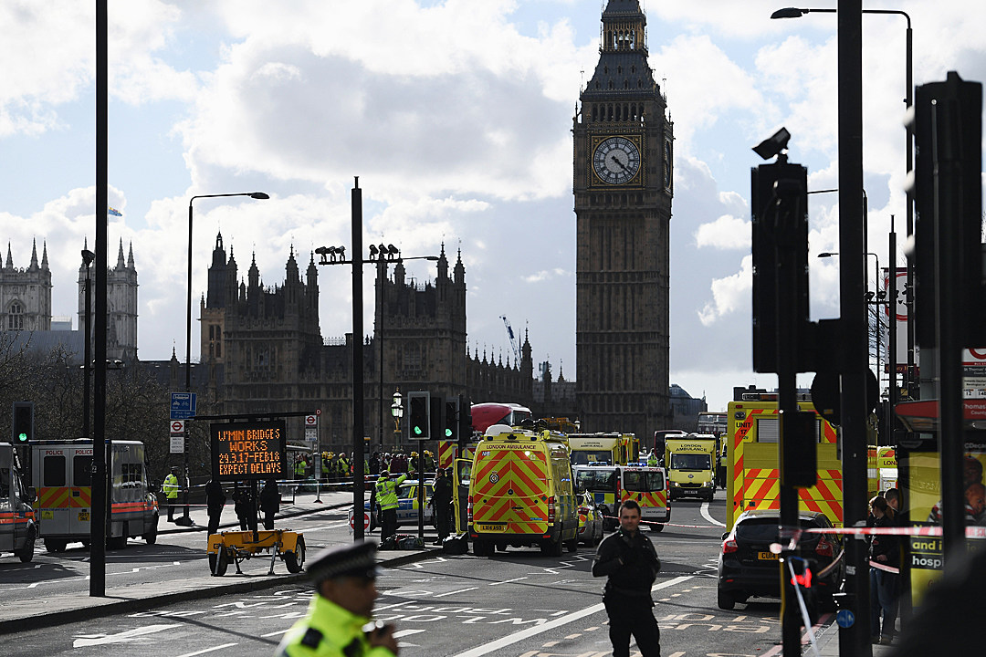 Van hits pedestrians on London Bridge; nearby stabbing injures 2